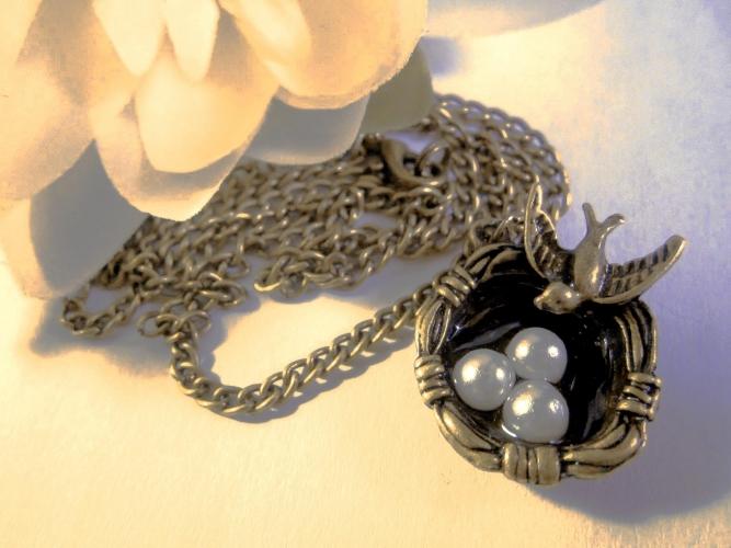 Bronzefarben Halskette mit Vogelnest und Perlmutteiern
