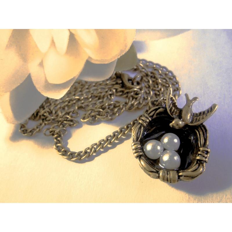 Bronze Halskette mit Vogelnest und Perlmutteiern