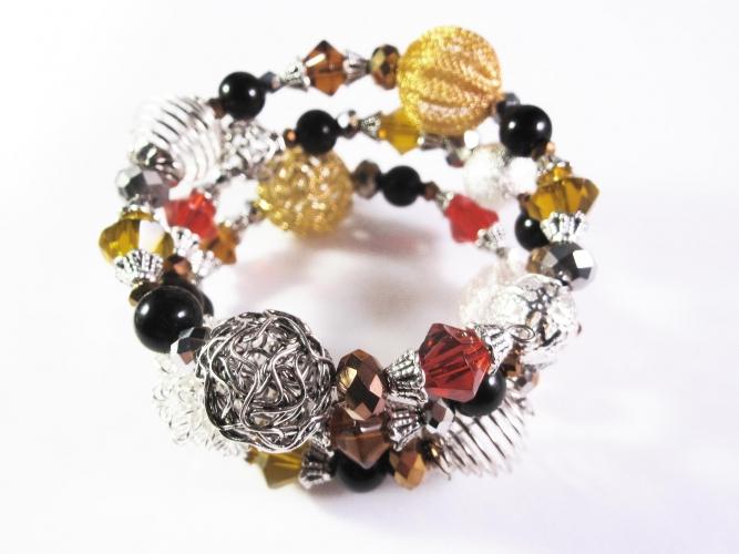 3-reihige braun rot orange schwarze Armspirale mit Glasperlen und großen Metallperlen UNIKAT