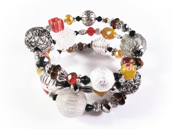 3-reihige braun-rot-orange Armspirale mit Glasperlen und großen Metallperlen UNIKAT