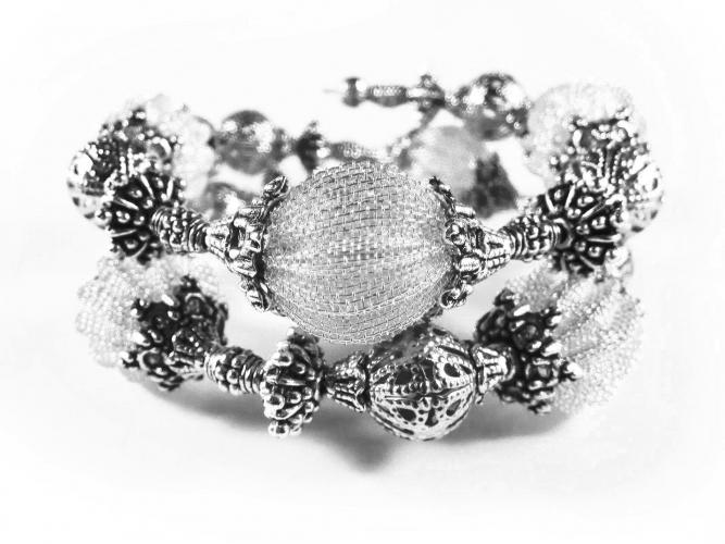 Barocke 2-reihige silberfarbene Armspirale aus Metallperlen