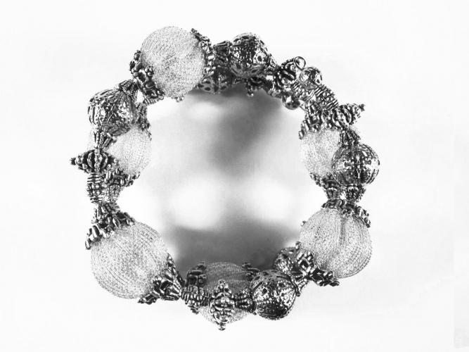 Barocke 2-reihige silberfarbene Armspirale aus Metallperlen - Barocker Schmuck