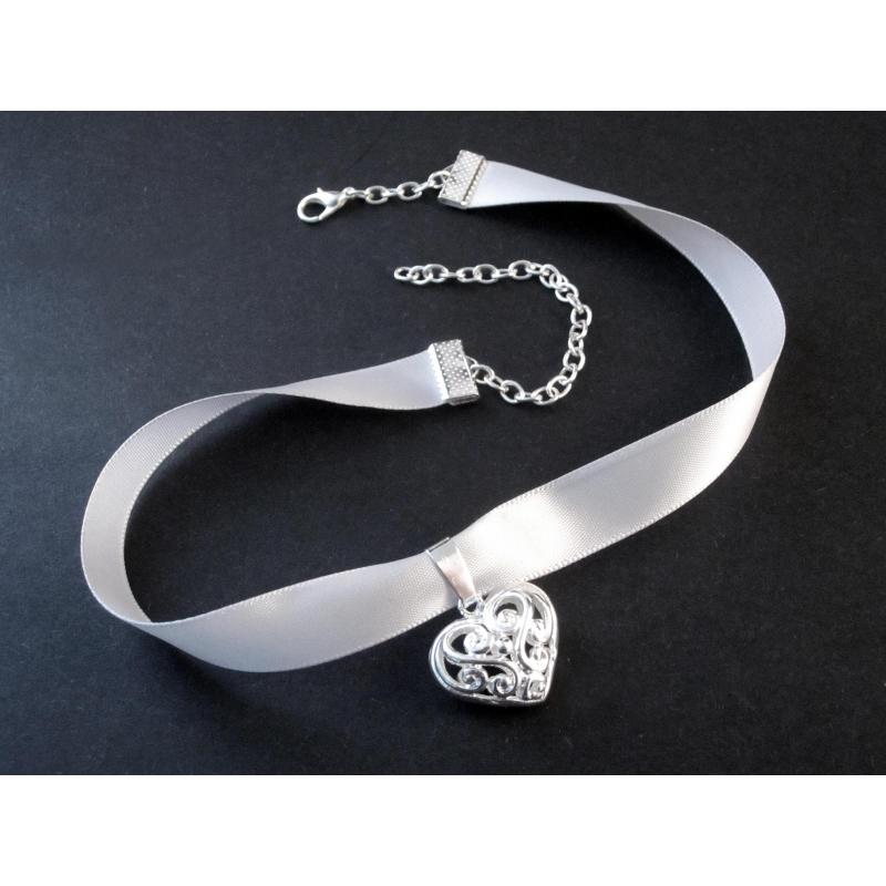 Hellgraues, schmales Halsband mit filigranem versilberten Trachtenherz - Trachtenschmuck Dirndlschmuck