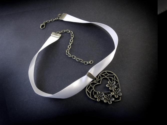 Hellgraues Halsband mit bronzefarben Trachtenherz - Trachtenschmuck Dirndlschmuck