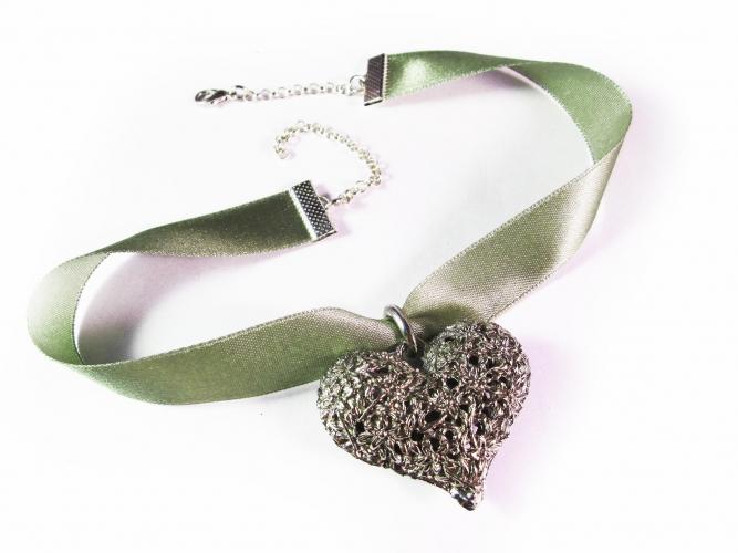 Grünes Halsband Kropfband mit großem filigranen silberfarbene Trachtenherz - Trachtenschmuck Dirndlschmuck