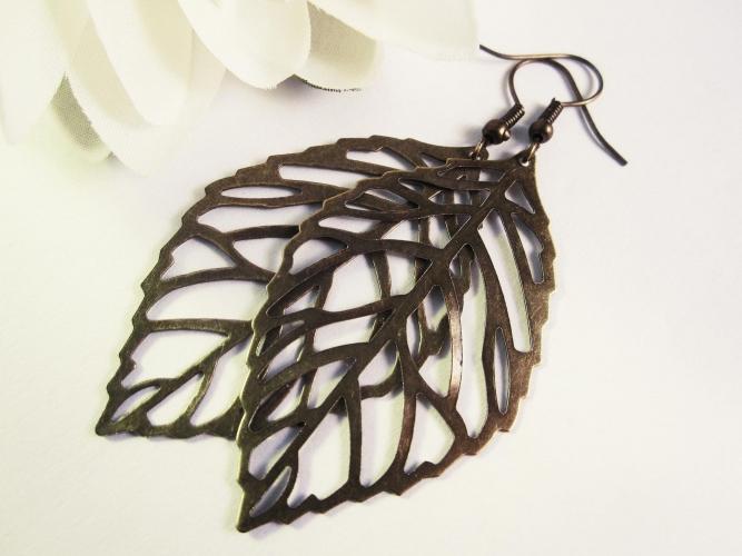 Bronzefarbene Ohrhänger mit großem filigranen Laubblatt