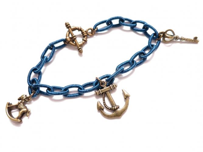 Blaues Stoff Bettelarmband mit bronzefarben Anhängern - Stoffschmuck