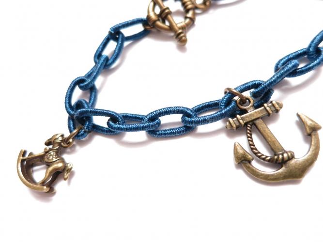 Blaues Stoff Bettelarmband mit bronze Anhängern - Stoffschmuck