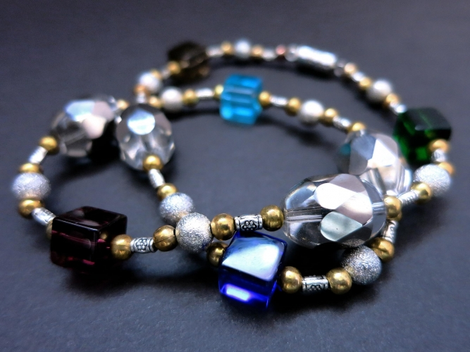Halskette 40cm aus bunten Glasperlen mit silberfarbenen und goldfarbenen Spacern - Glasschmuck
