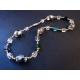 Halskette aus bunten Glasperlen mit silberfarbenen und goldfarbenen Spacern