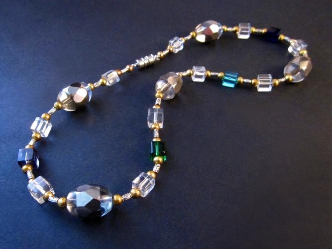 Halskette aus bunten Glasperlen mit silbernen und goldenen Spacern