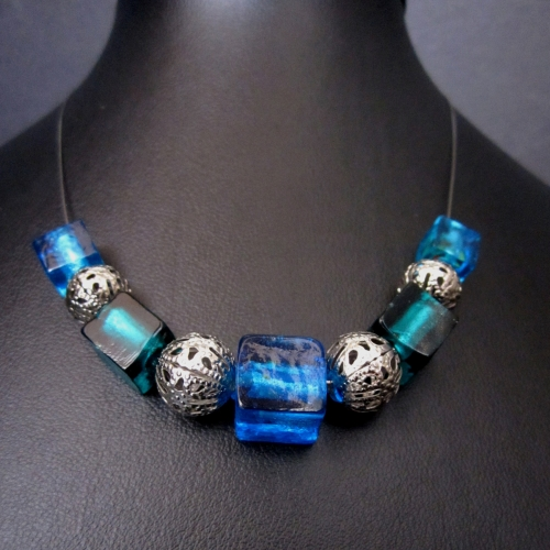 Türkise Halskette mit blauen Glascubes und filigranen Metallkugeln