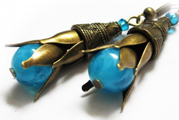 Ohrhänger in bronzefarben mit filigranen Blütentrichtern und türkisfarbenem Stempel