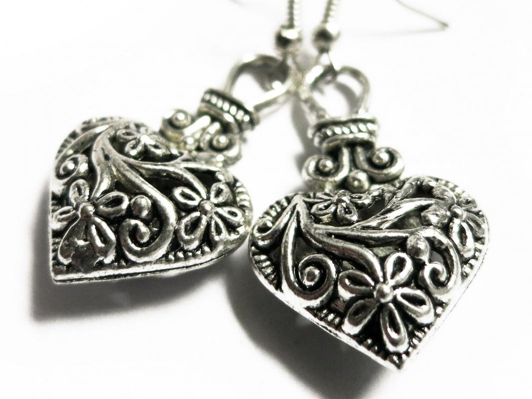 Silber Herz Ohrhänger Trachtenherz Ohrringe mit filigranem Blumenmuster aus Tibetsilber - Trachtenschmuck Dirndlschmuck