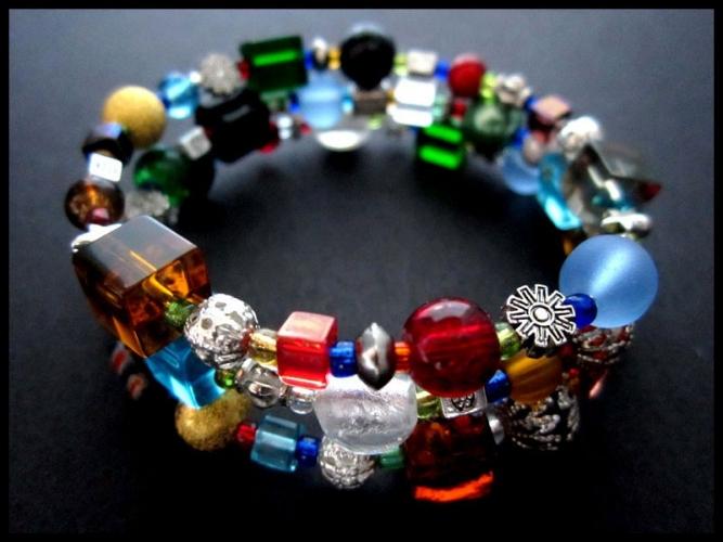 3-reihige farbige Armspirale mit Glasperlen Unikat