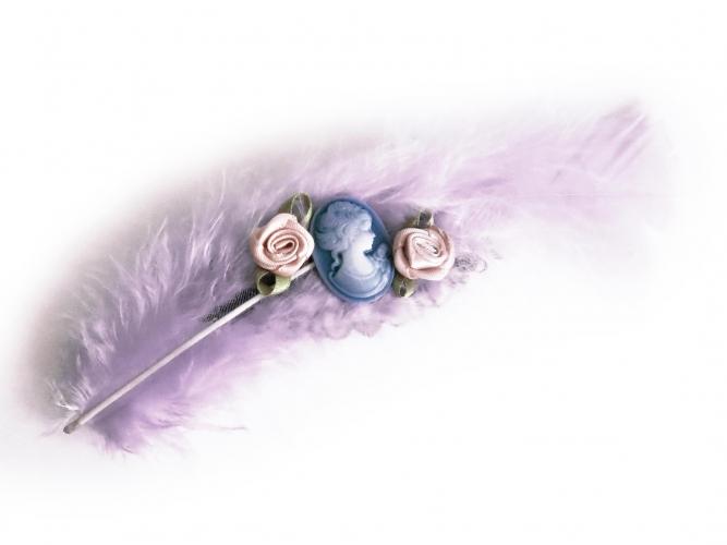Fliederfarbene Haarspange mit Feder und blauer Kamee UNIKAT - Haarspange Haarschmuck