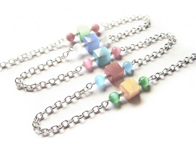 Silberfarbene Brillenkette mit pastell Glasperlen Katzenaugeneffekt
