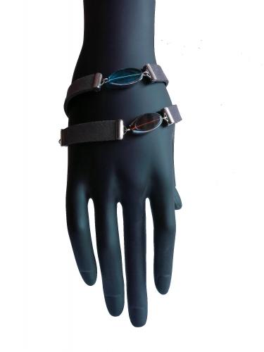 Dunkelgraues Armband mit flachen Glasperlen mit Silberrand und Kunstleder