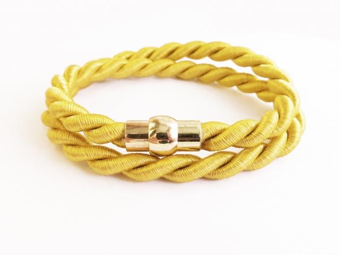 Goldfarbengelbes Wickelarmband mit goldfarben Magnetverschluss - Wickelarmband aus Stoff