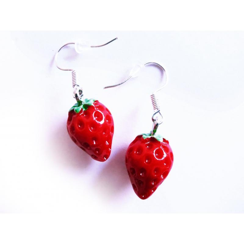 Rote Erdbeer Ohrringe mit kleinen grünen Blättchen - bunter Sommerschmuck