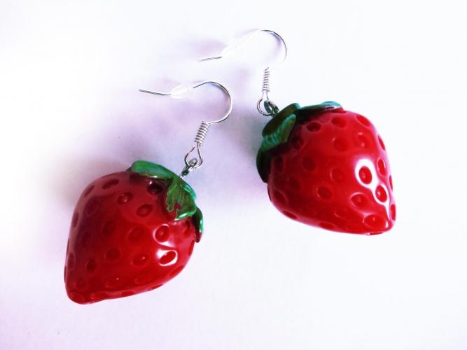 Mittelgroße rote Erdbeer Ohrringe mit kleinen grünen Blättchen - bunter Sommerschmuck