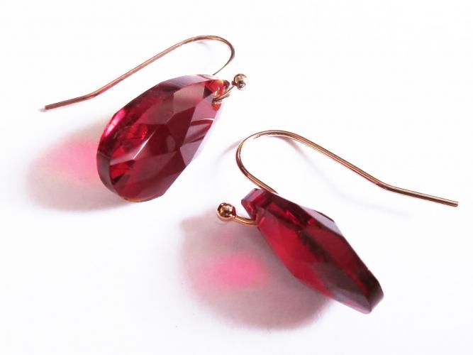 Rubinrote Ohrringe aus funkelndem Kristallglas mit rosegold Durchziehern