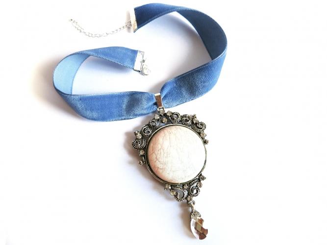 Blaues Halsband bzw. Kropfband aus Samt mit rosa Strassanhänger - Trachtenschmuck Dirndlschmuck