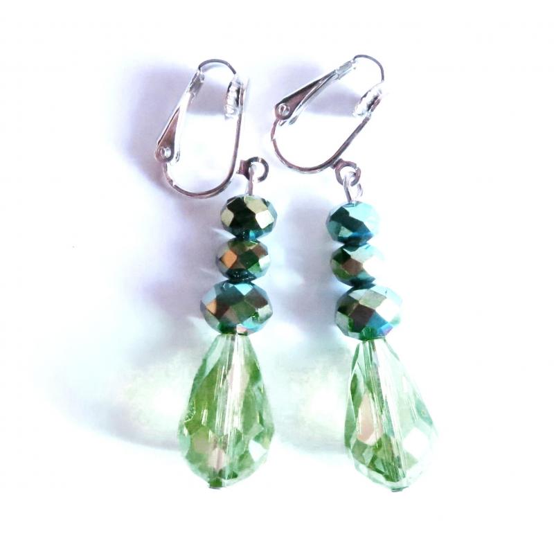 Mittellange grüne Ohrclips Ohrhänger aus Kristallglas mit AB-Effekt von maxmuc