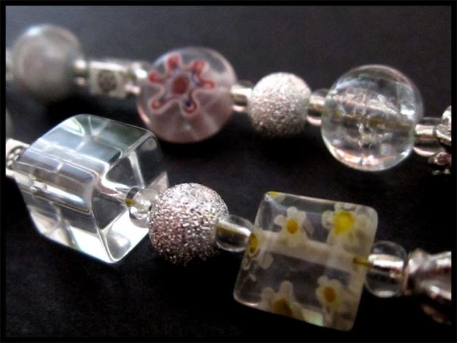 Weiss-silberne Brillenkette mit Glasperlen und Silberperlen