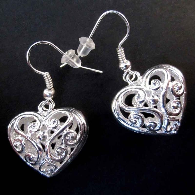 Versilberte Trachtenherz Ohrringe mit filigranem Blumenmuster - Trachtenschmuck Dirndlschmuck