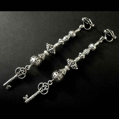 Silberfarbene Ohrclips Ohrhänger mit Schlüssel