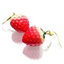 Erdbeer Ohrringe mit kleinen grünen Blättchen - bunter Sommerschmuck
