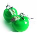 Grüne Apfel Ohrringe mit kleinen grünen Blättchen - bunter Sommerschmuck