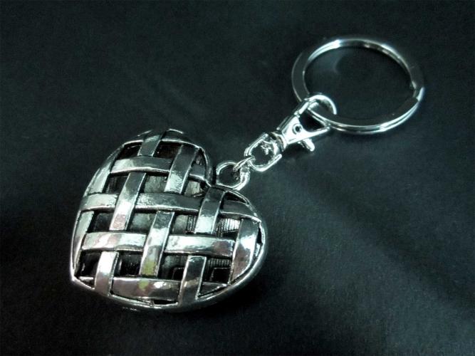 Herz Schlüsselanhänger großes silber Herz in Gitterstruktur mit Karabinerhaken