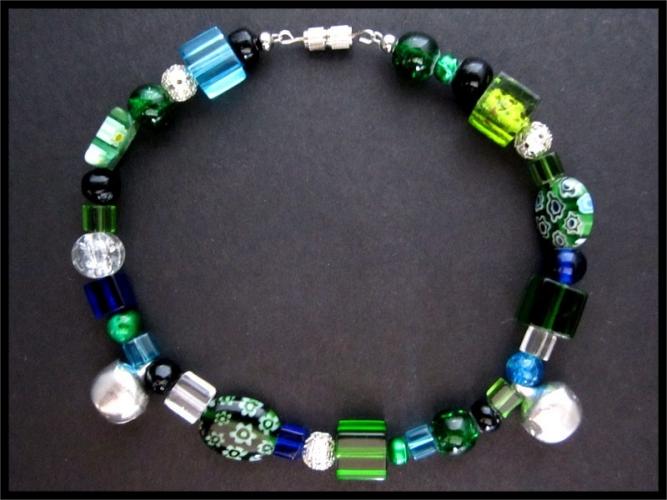 Grünes Fusskettchen mit silberfarbenen Elementen und Glöckchen UNIKAT