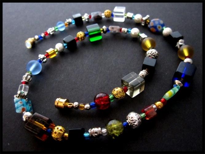 UNIKAT Halskette aus bunten Glasperlen und gold- und silberfarbenen Spacern
