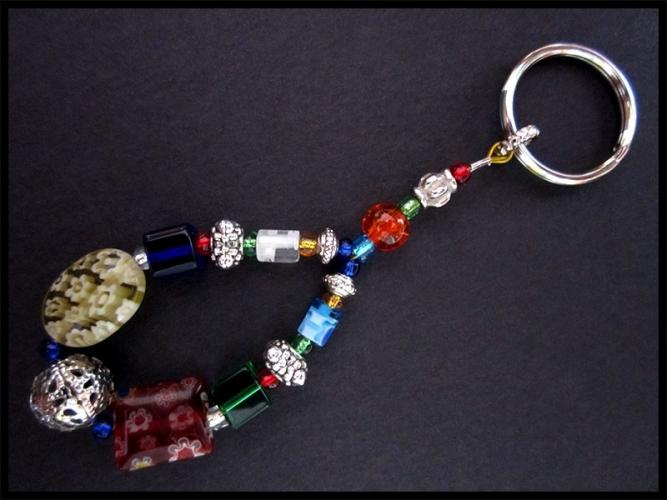 Schlüsselanhänger bunt mit Metallelementen und Glasperlen