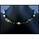 Opulente Halskette mit Kristallglas und goldenen Metallkugeln