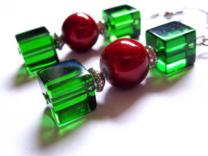 Ohrhänger mit grünem Kritallglas und roten irisierenden Perlen - Weihnachtlich