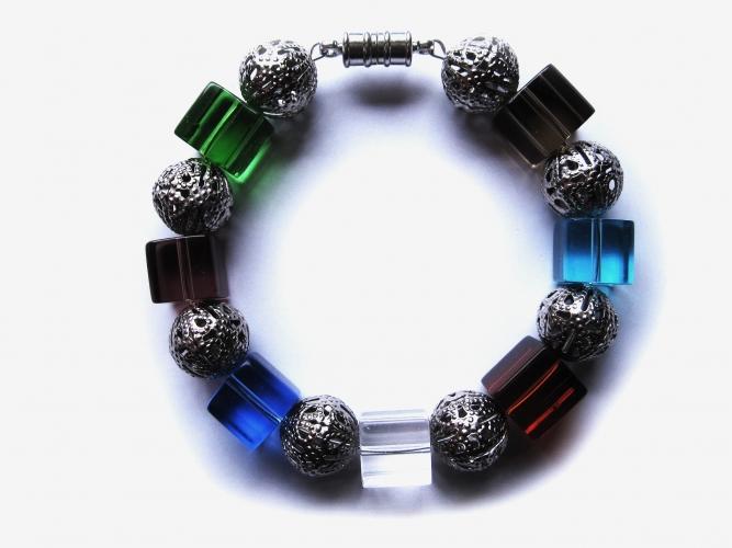 Armreif bunte Kristallglas Würfeln silberfarbene Metallperlen