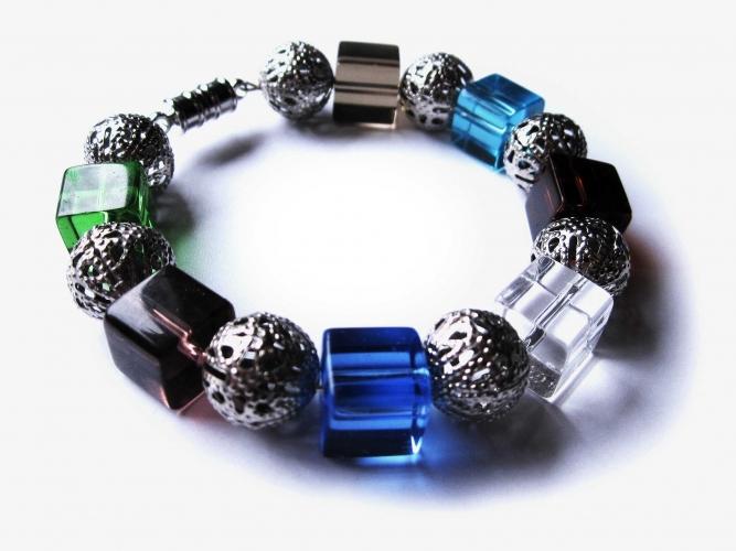 Armreif mit bunten Glaswürfeln und Metallperlen