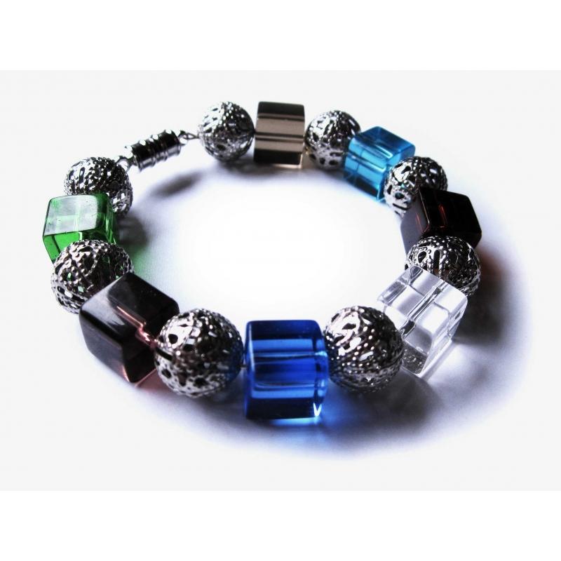 Armreif mit bunten Kristallglaswürfeln und Metallperlen