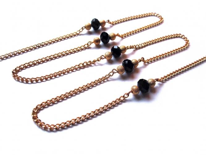 Goldfarbene Brillenkette mit goldfarbenen Metallperlen und schwarzem Glas von maxmuc