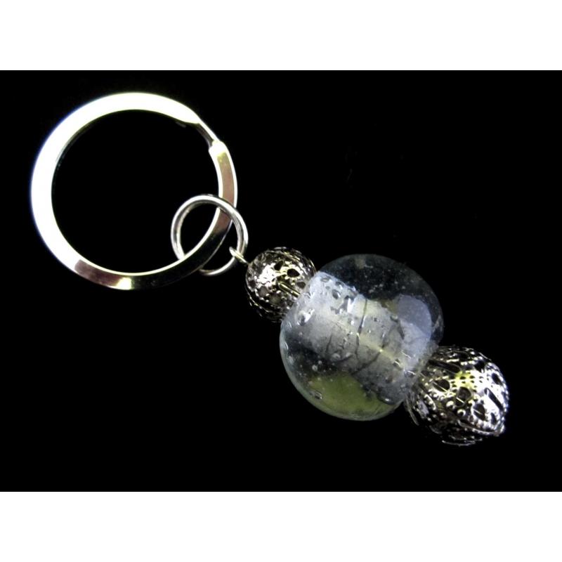 Weisser Glas Schlüsselanhänger mit filigranen Metallperlen 1