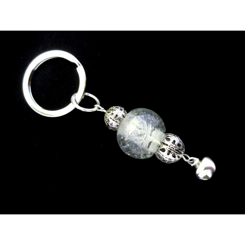 Weisser Glas Schlüsselanhänger mit Metallperlen und Glöckchen 1