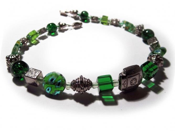 Grünes Fusskettchen mit Metallelementen UNIKAT - Trachtenschmuck Dirndlschmuck