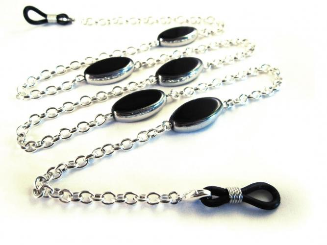 Silberfarbene Brillenkette mit eleganten schwarzen ovalen Glasperlen von maxmuc