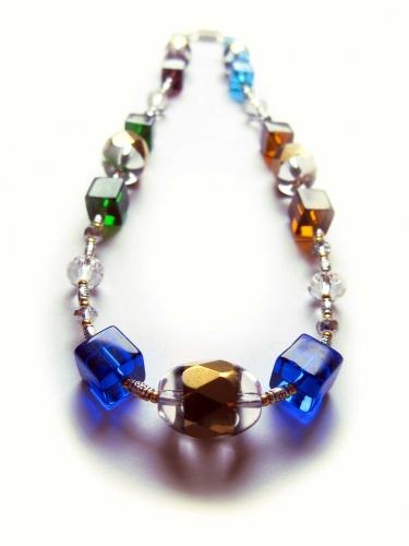 Halskette vom Schmuckset aus Collier und Armreif mit bunten und goldenen Kristallperlen