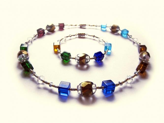 Schmuckset aus Collier und Armreif mit bunten und goldfarbenen Perlen