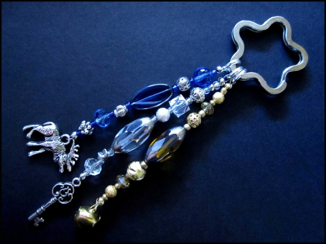 Schlüsselanhänger Sternenschweif in weiss-silber, goldfarben und mittelblau mit Schlüssel, Hirsch und Glöckchen